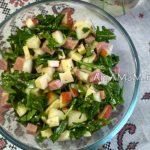 Салат из рукколы с грушей, ветчиной и сыром