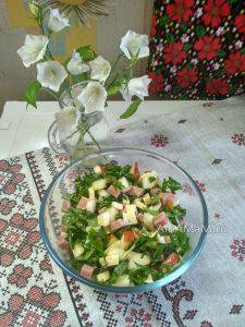 Салат из рукколы с грушами, ветчиной и сыром