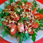 Салат из руколлы с красной рыбой, черри и грецкими орехами