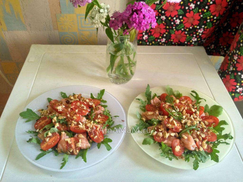 Салат из рукколы, орешков и красной рыбы