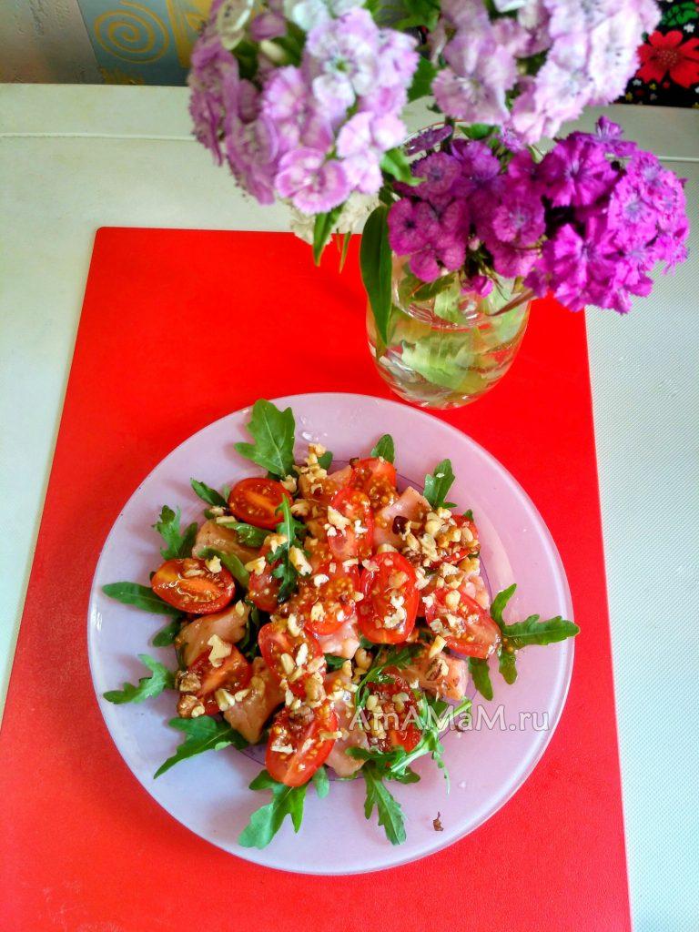 Рецепты с рукколой - салат с красной рыбой, помидорами и орехами