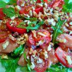 Средиземноморский салат с рыбой, зеленью, помидорами и орехами