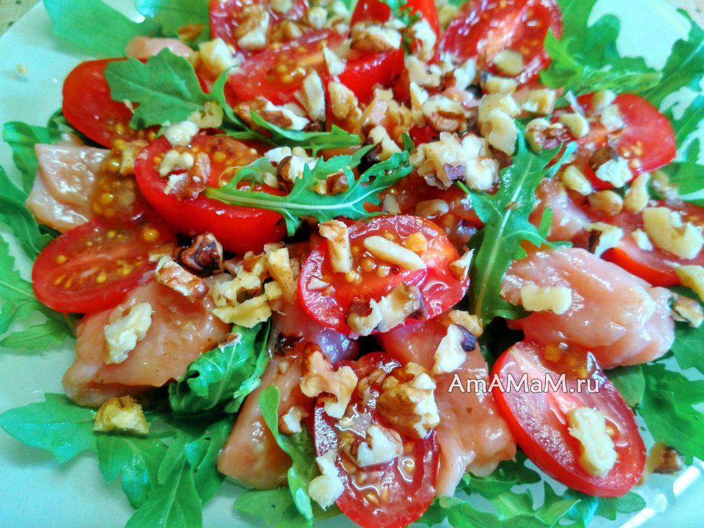 Рецепт салата из красной рыбы с рукколой, черри и орехами