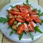 Помидоры в салате из рукколы с красной рыбой