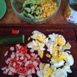 Салат с крабовыми палочками, огурцами, капустой и яйцами