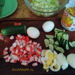 Приготовление крабового салата с капустой