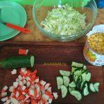 Приготовление салата из крабовых палочек и кукурузы
