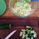 Нарезка огурца в салат половинками кружка