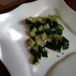 Нарезка малосольных огурцов в салат