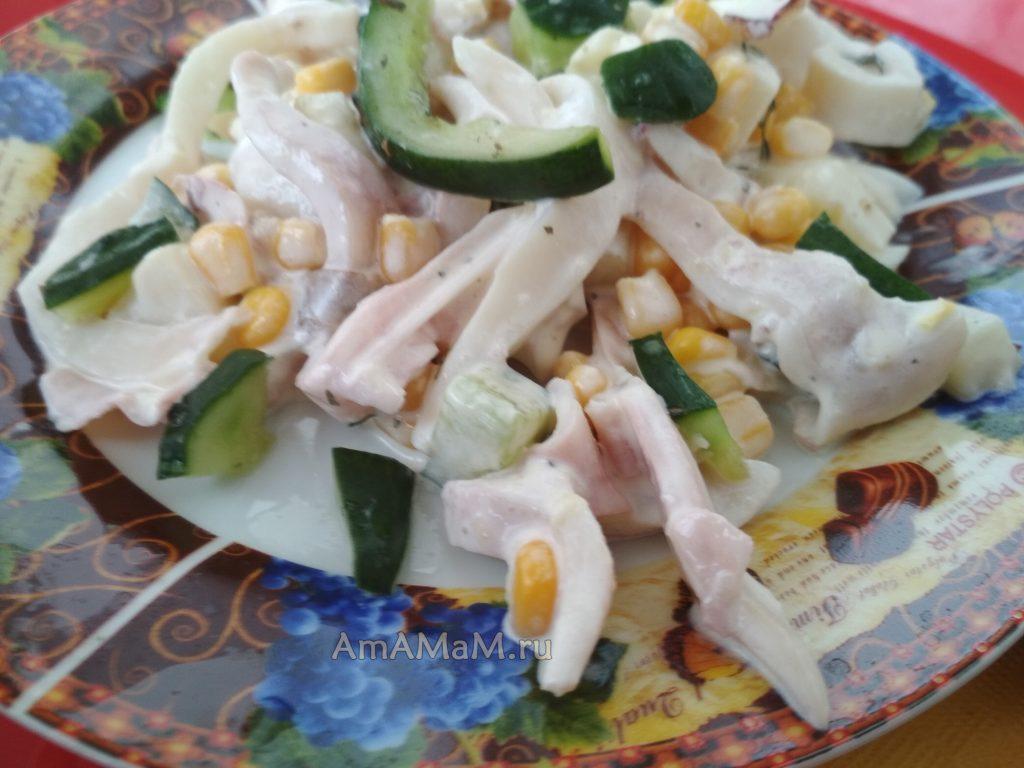 Кальмары - салат с картошкой, кукурузой и огурцами