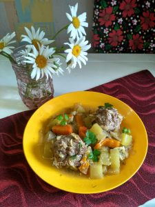 Тушеные овощи с тефтельками