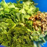 Грецкие орехи и листовой салат в миске