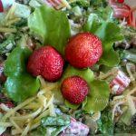 Клубничный салат из крабовых палочек
