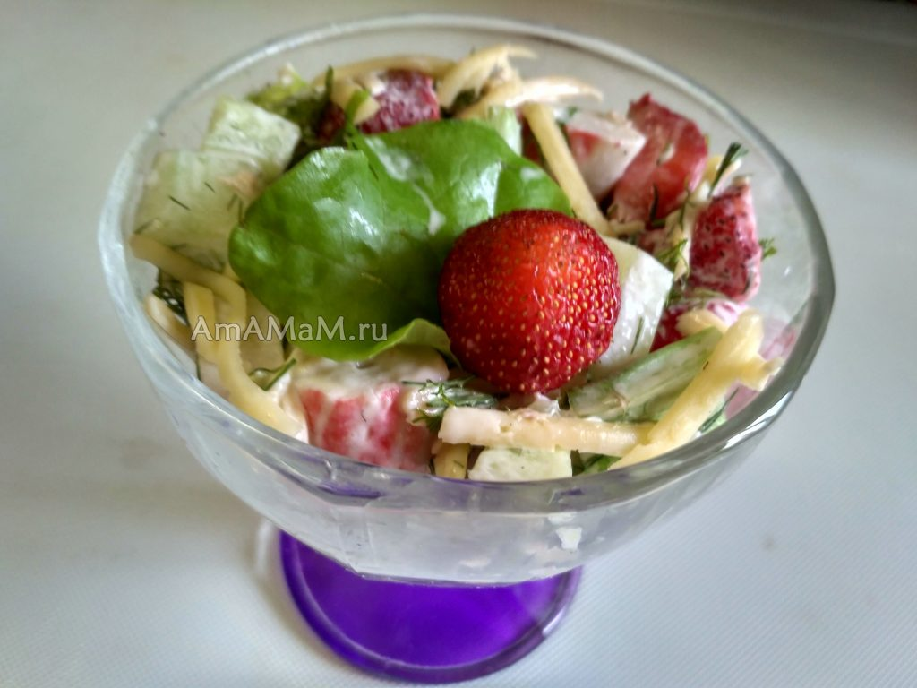 Салат в бокале (креманке) из крабовых палочек с клубникой