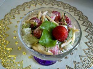 Клубничный салат с крабовыми палочками (соленый)