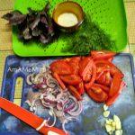Лук и помидоры на разделочной доске