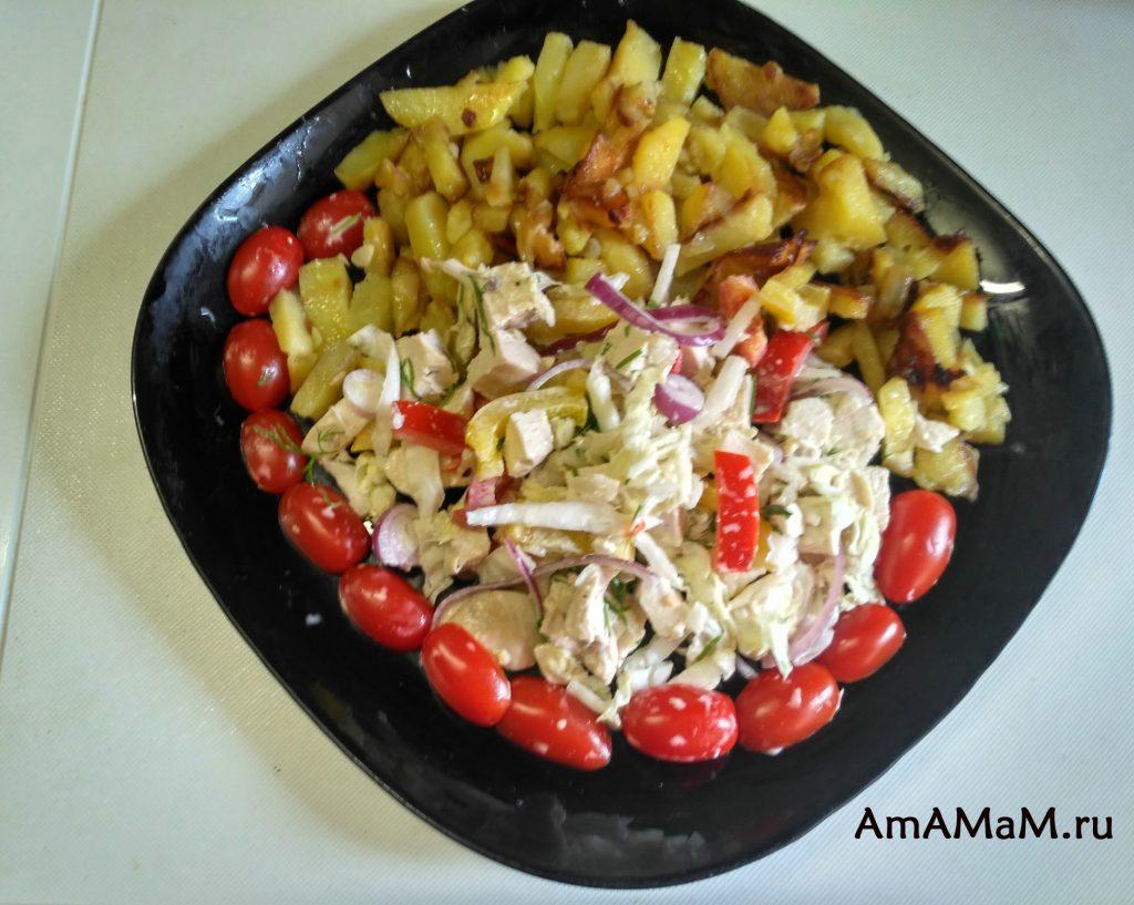 Картошка жареная с салатом из куриной грудки и болгарского перца