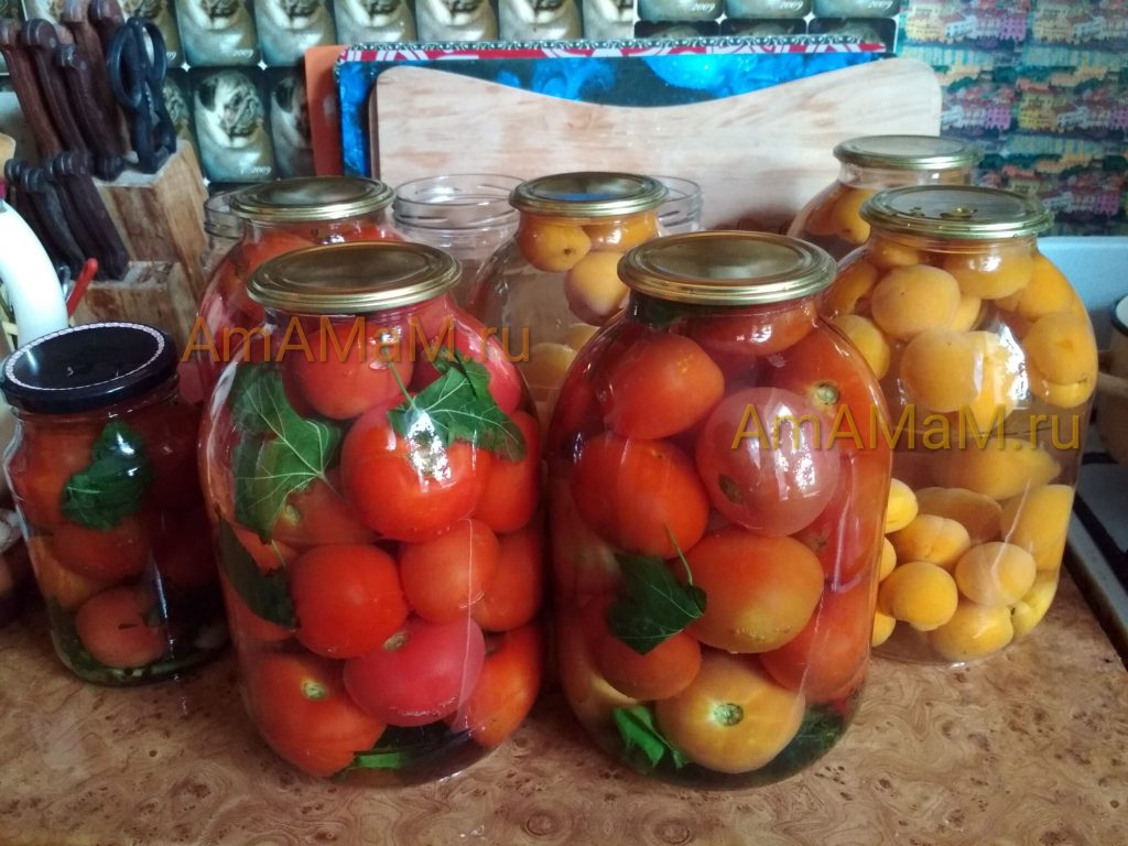 Банки с помидорами и абрикосами