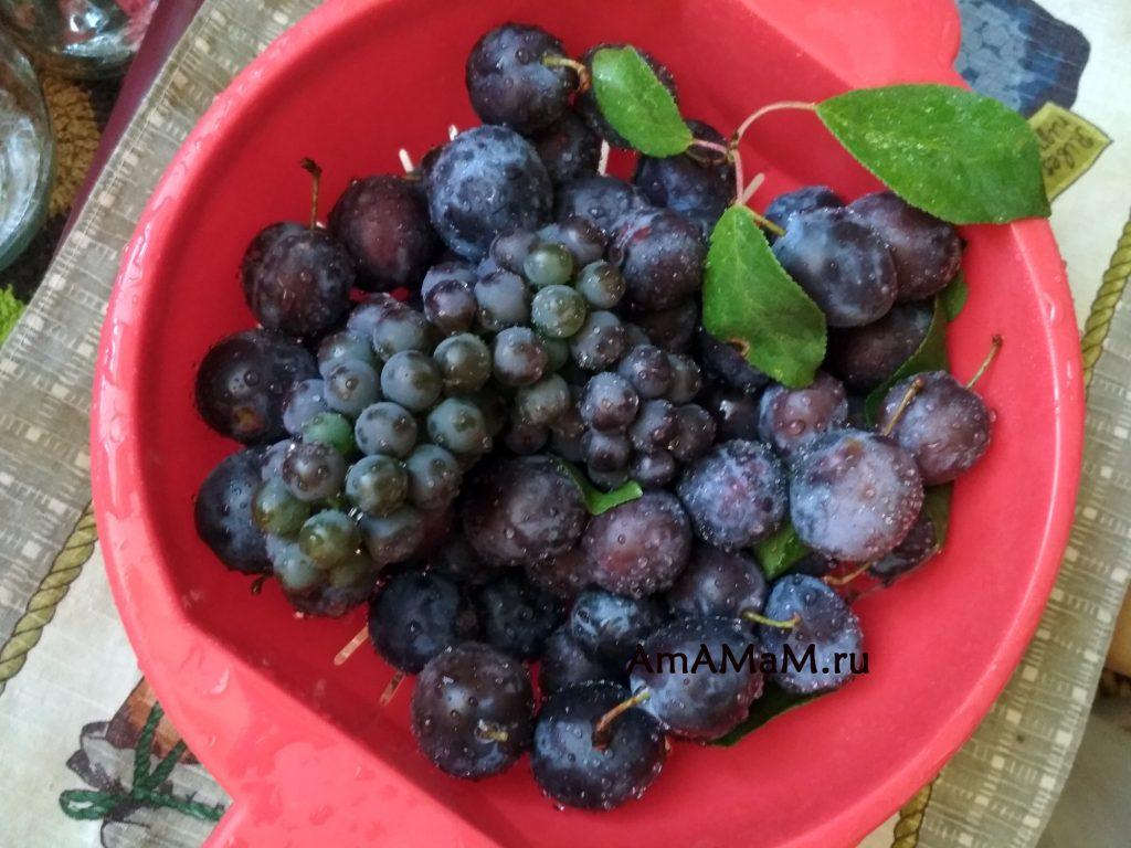 Сливы и виноград в миске