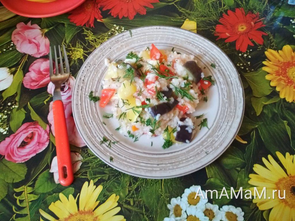 Рис и овощи -блюдо тушится в кастрюле на плите