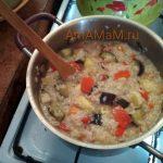 Рис и овощи в кастрюле