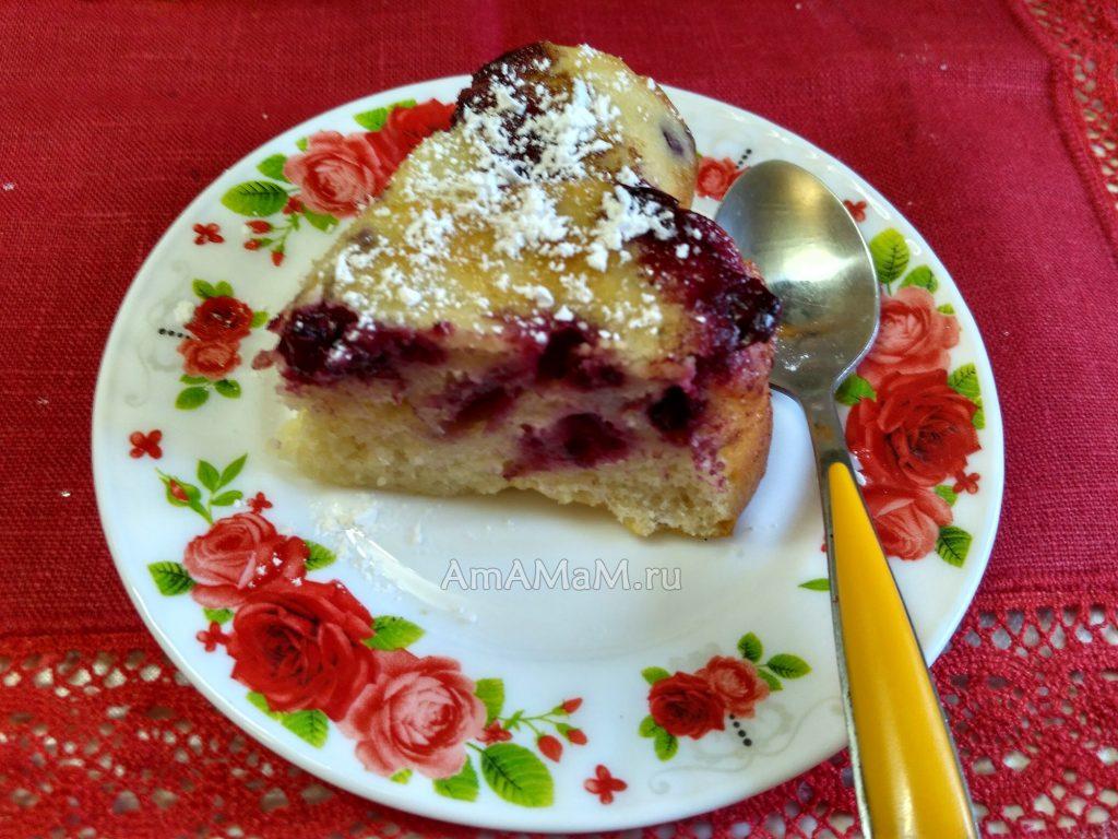 Ягодный пирог, ломтик на блюдце