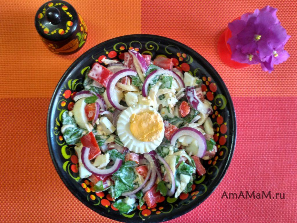 Салат из рукколы и яиц со сладким перцем и красным луком
