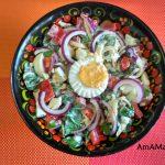 Салат из рукколы с яйцами, сладким перцем и луком