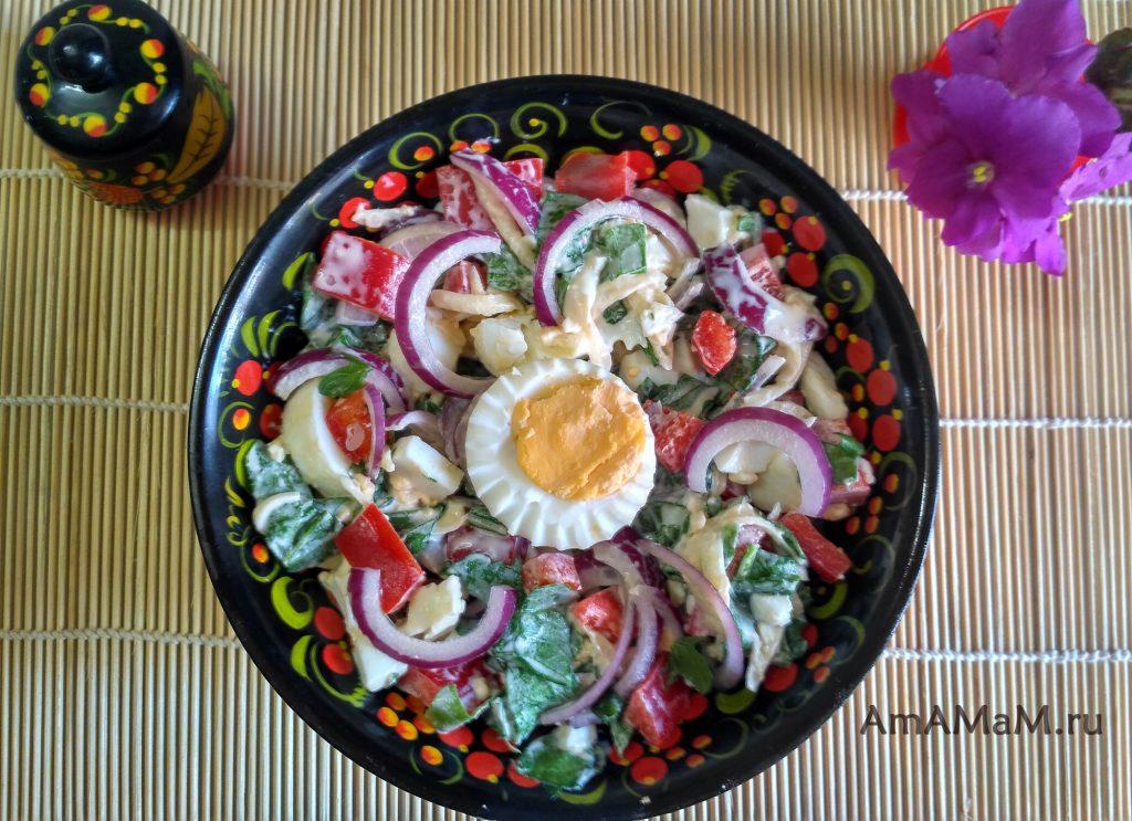 Яичный салат с рукоклой, перцем и луком