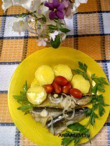 Салака тушеная - фото с гарниром из картофеля и помидоров
