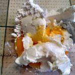 Смешиваем творожный сыр с яйцами и сахаром