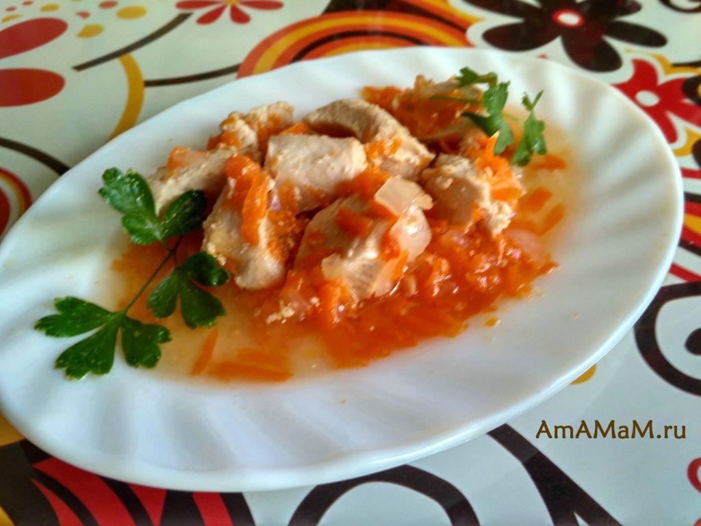 Куриное филе, тушеное с луком и морковью