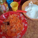 Приготовление насыпного пирога с морковью и яблоками