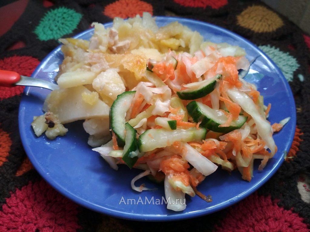 Жареный картофель и капустный салат