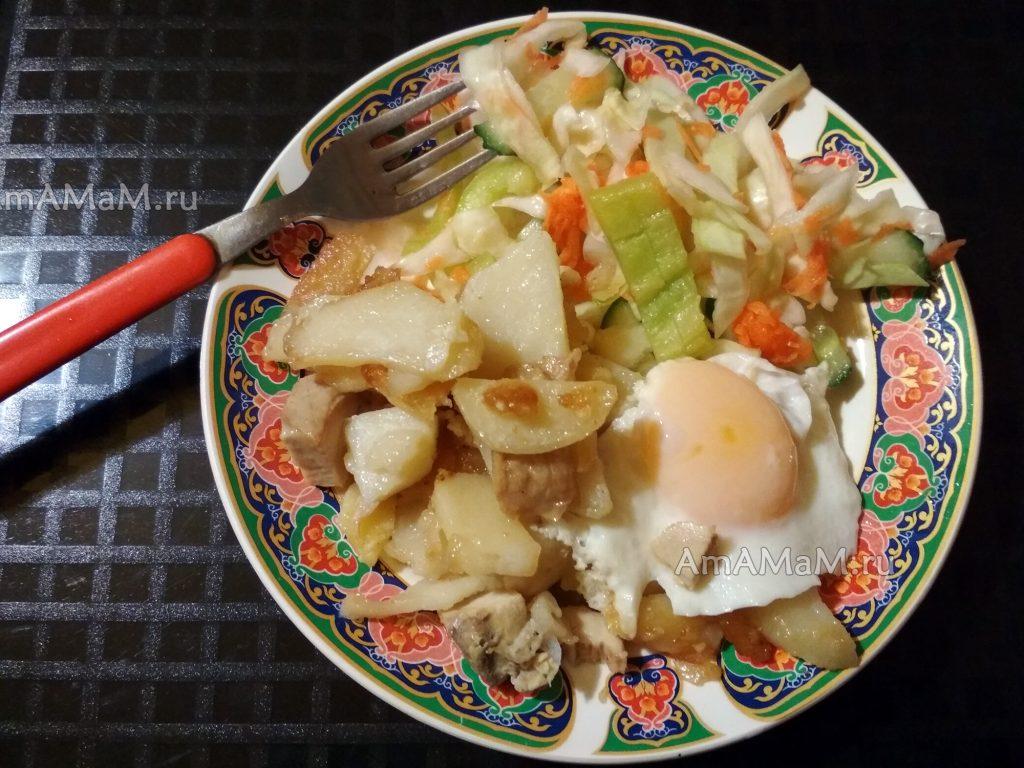 Ужин из картошки, капустного салата и жареных яиц