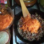 Тушеные сердечки с рисом и морковкой