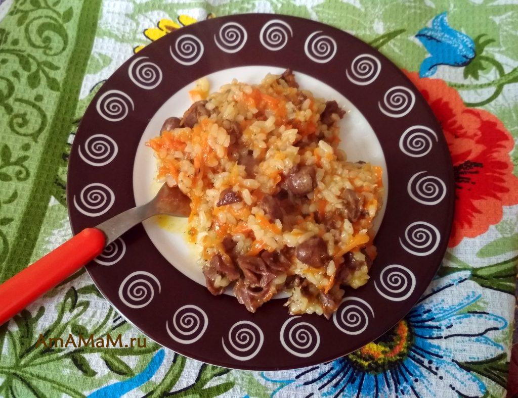 Блюдо из риса с куриными сердечками