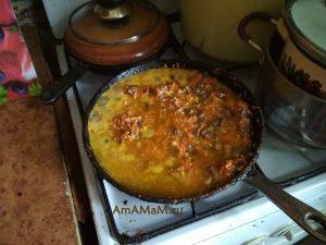 Тушеные сердечки с рисом и морковью в сковороде