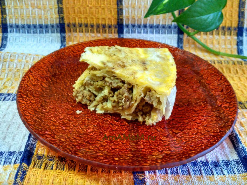 Кусок мясного пирога в лаваше