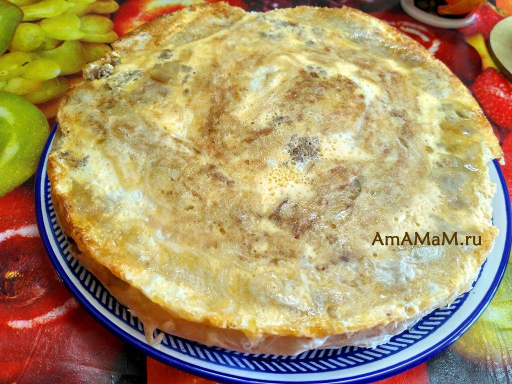 Пирог из лаваша с фаршем на тарелке