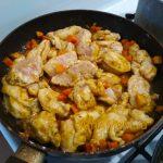 Грудка куриная с морквоб и смородиной тушение в воде без масла