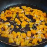 Морковска с черной смородиной в сковороде для тушеной куриной грудки