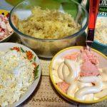 Измелченные ингредиенты салата с икрой мойвы и палочками