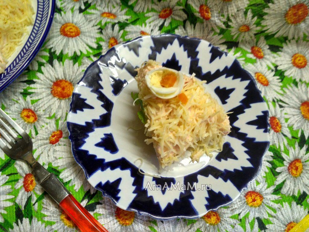 Порция салата на тарелке