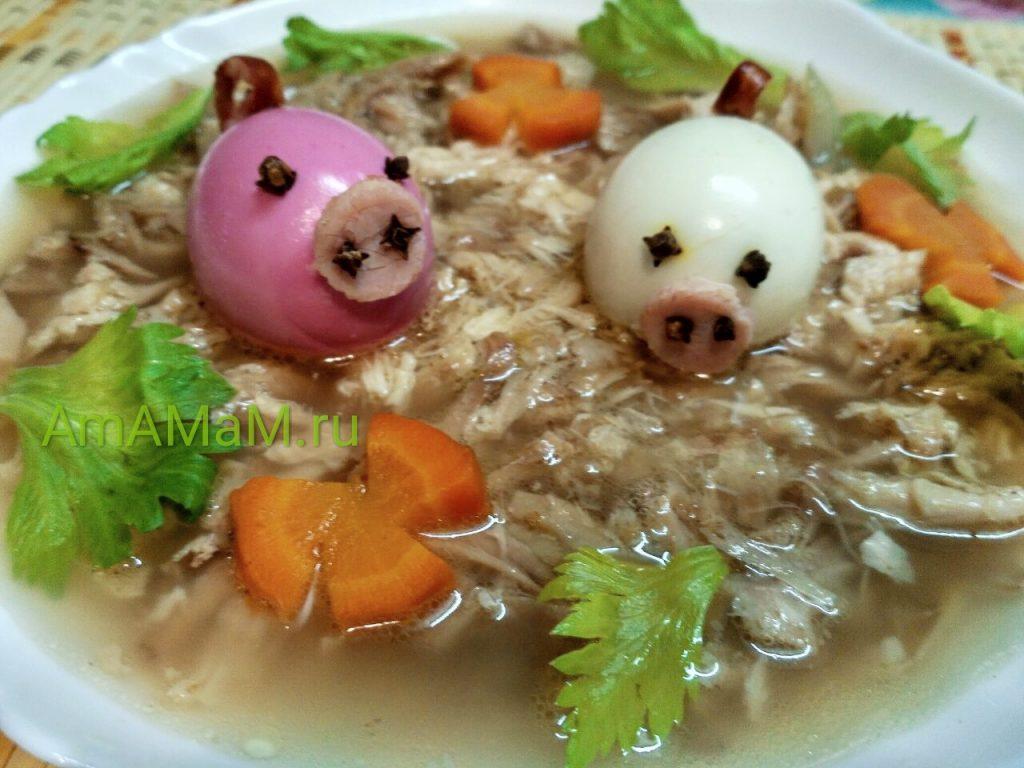 Яйца вареные, из которых сделаны свинки