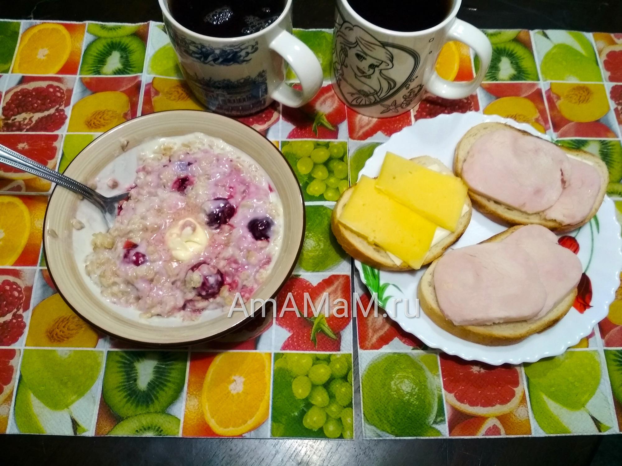 Завтрак из овсянки и бутербродов с сыром и ветчиной
