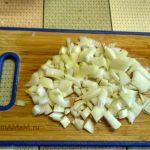 Нарезка лука для блюда из куриных сердечек (небольшими кубиками)