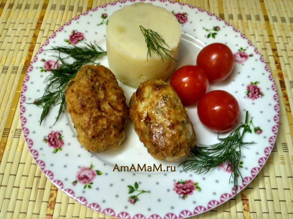 Ужин с рыбными котлетами и картошкой