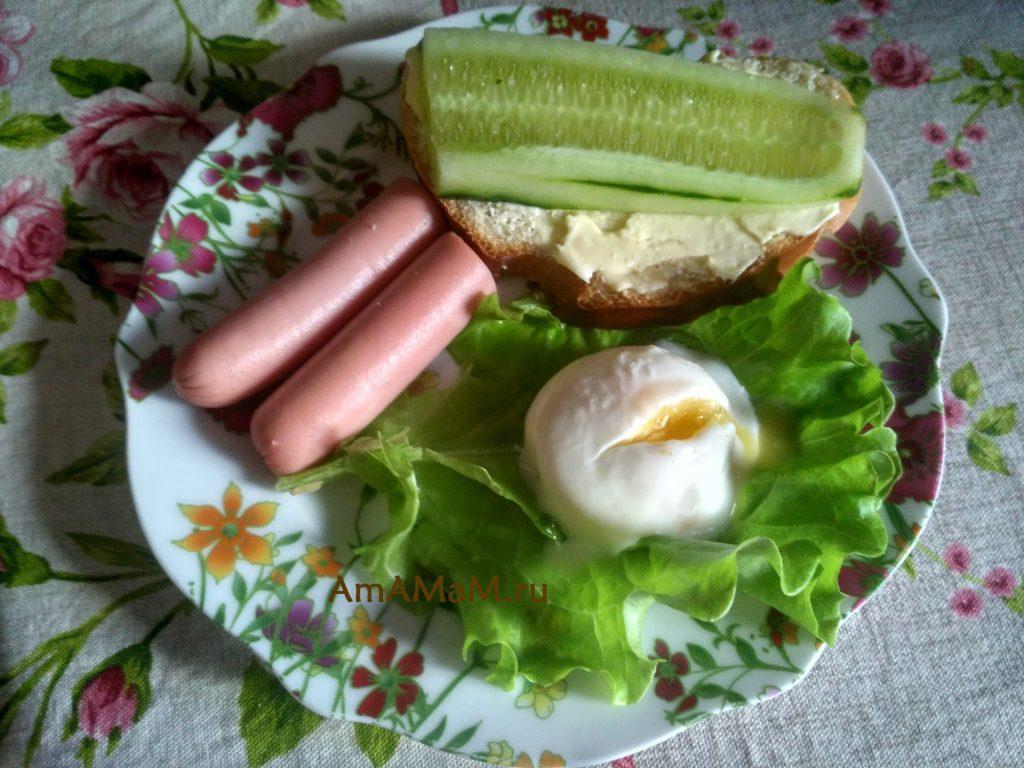 Тарелка с завтраком, где есть английский бутерброд и яйцо пашот