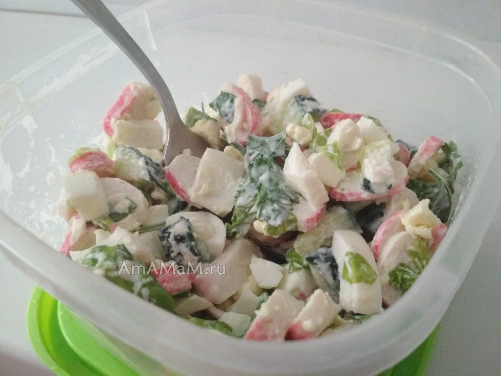 Крабовые палочки с листовым салатом